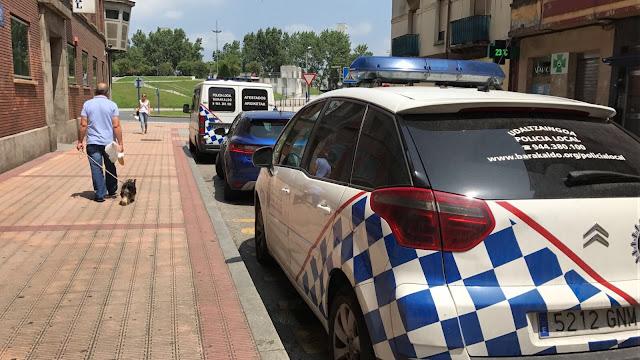 Coches de policía ante la comisaría de Barakaldo