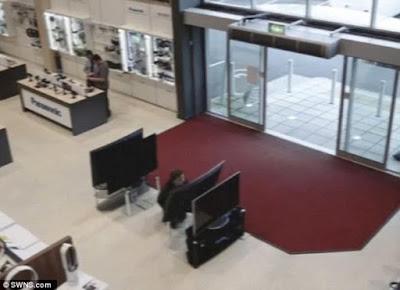 Ατζαμής πελάτης έσπασε τηλεοράσεις αξίας 5.500 ευρώ στη Βρετανία