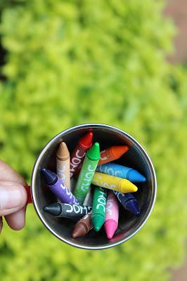 Crayones en una taza