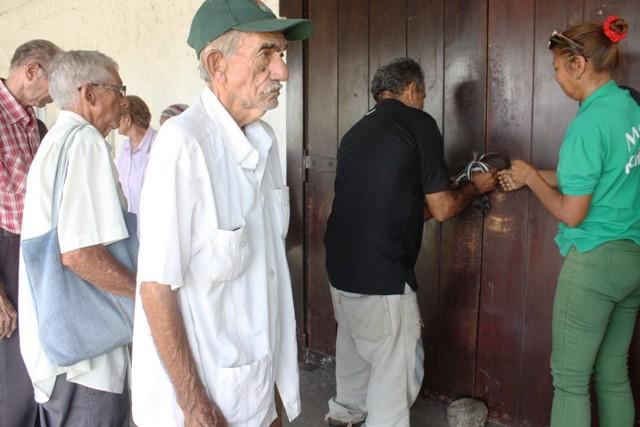 abuelos-y-discapacitados-pasan-trabajo-en-bancos-de-perija