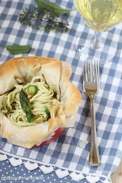 Tagliolini di kamut in cestini di pasta fillo, con crema di robiola e asparagi e zucchinette col fiore