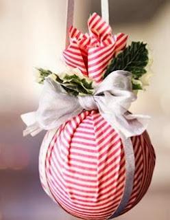 http://manualidadesnavidad.org/esferas-de-navidad-hechas-con-tela/