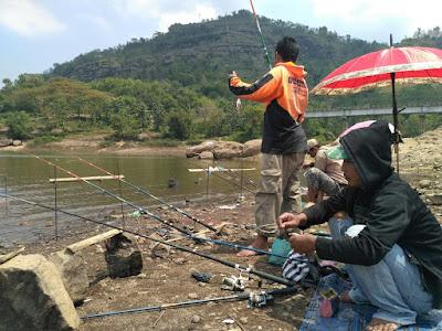 Mengintip Aktifitas Para Pemancing di Waduk Gajah Mungkur