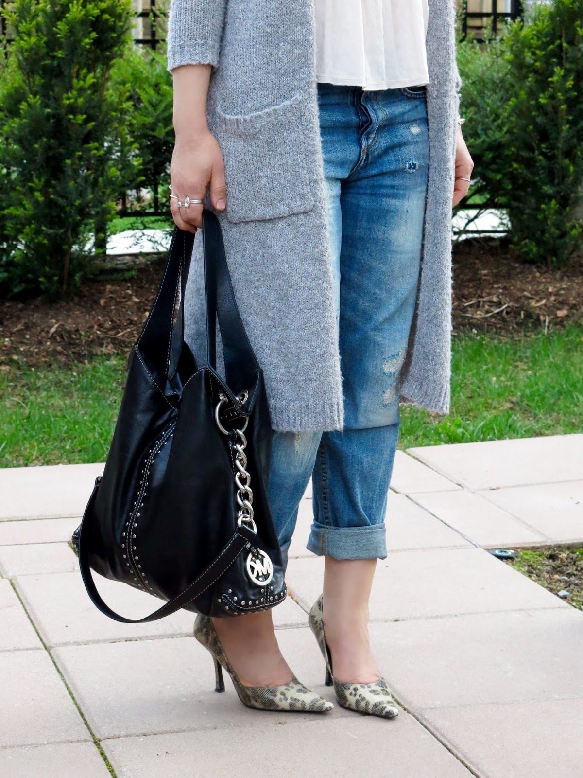 boyfriend jeans, long cardigan, reptile-patterned pumps, and MK bag
