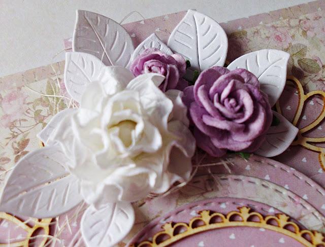 kartka ozdobiona kwiatami i tekturkami