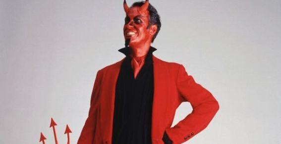 Hombre disfrazado del diablo