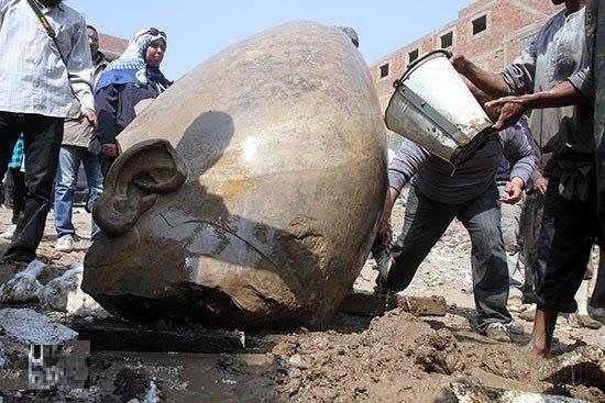 بالصور.. كسر تمثال رمسيس الثاني بالمطرية تمثالين أثريين عمرهم 3300 عام