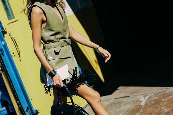 chaleco con bolsillos color verde safari