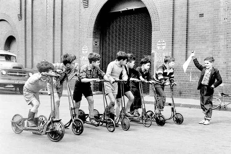 course de trottinettes à Sydney, en Australie, en 1956