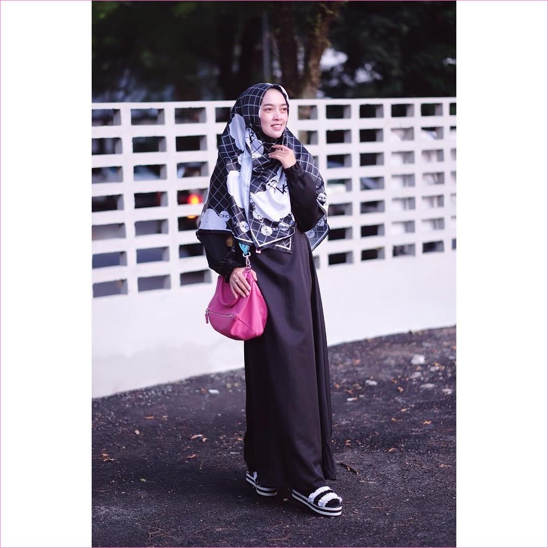 Outfit Baju Gamis Berhijab Ala Selebgram 2018 gamis abaya hitam segiempat hijab square syar'i kotak kotak lace ups loafers and slip ons ciput rajut trendy terbaru 2018 ootd outfit selebgram handbags pink tua kaos kaki
