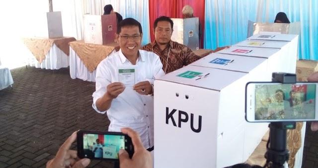 Wakil Walikota  Tasikmalaya Drs.H.M Yusuf Salurkan Hak Pilihnya di TPS  13 Perumahan Garunggang