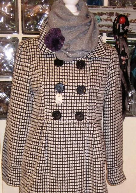 Abrigo corto blanco y negro a cuadritos