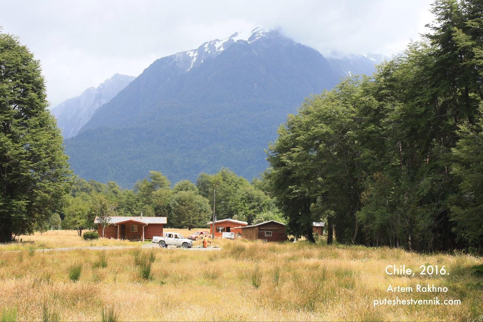 Высокие горы и несколько домов в Чили