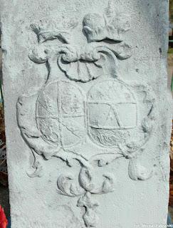 Herb małżeński na cokole kolumny maryjnej w Czernicy, z prawej herb Althannów (żona)