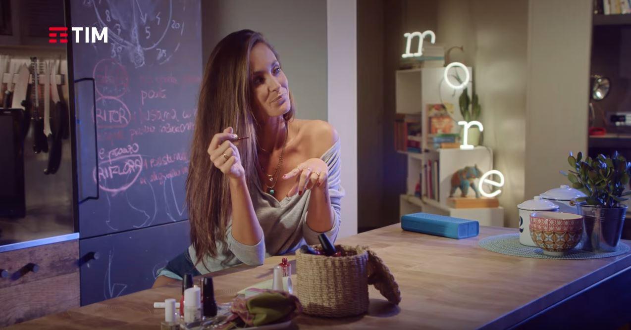 Canzone TIM pubblicità con Smart TV Samsung e bella ragazza con shorts