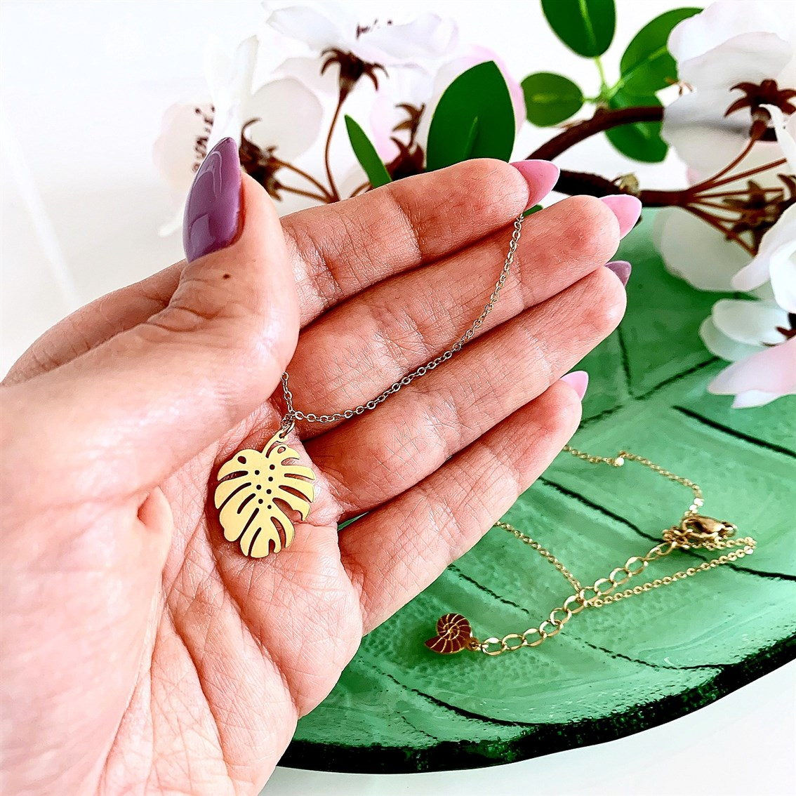 Happiness Boutique Tropical Monstera Leaf Necklace Gold