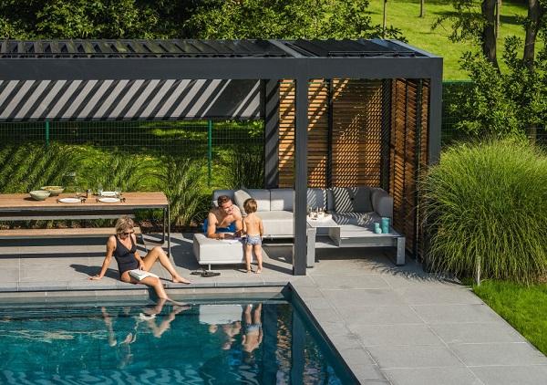 Pergole aluminiowe zadaszenie nad basenem w ogrodzie
