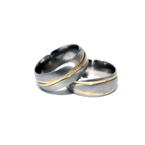 b494e3a2695 Conforto  Anatômica Formato Externo  7 mm. Acabamento  Fosco Detalhes  2  Fios de ouro cruzado. Pedras  Sem pedra. Gravação  Grátis (nomes