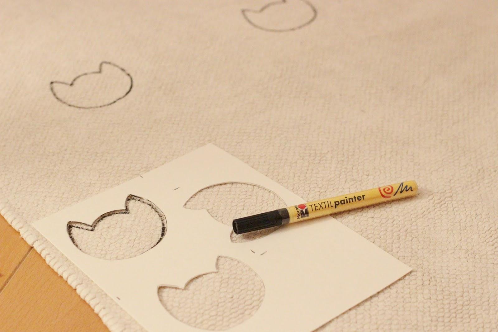 fabriquer tapis chat noir et blanc pompons