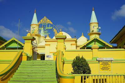 Masjid Raya Sultan Penyengat berwarna kuning