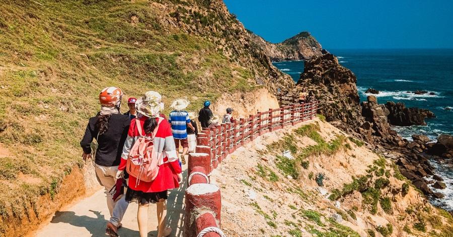 Khu du lịch Eo Gió thu hút giới trẻ đến check in sống ảo