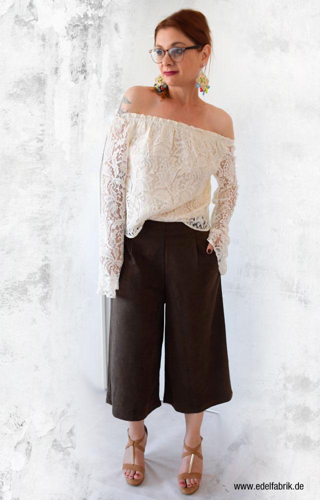 die Edelfabrik, Look mit Offshoulder Bluse und Culotte aus Wildleder lookalike