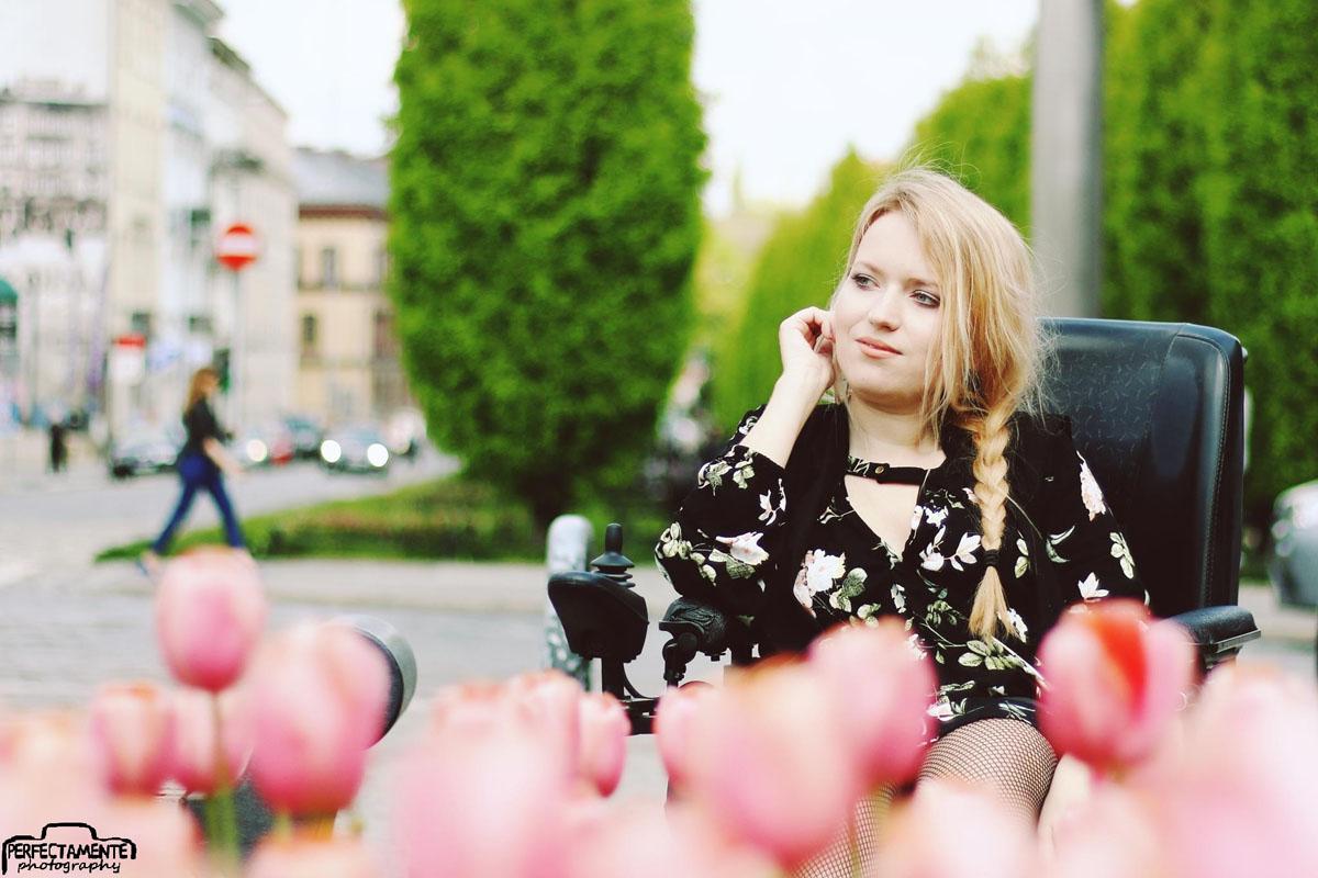 czarna sukienka w kwiaty na wiosnę