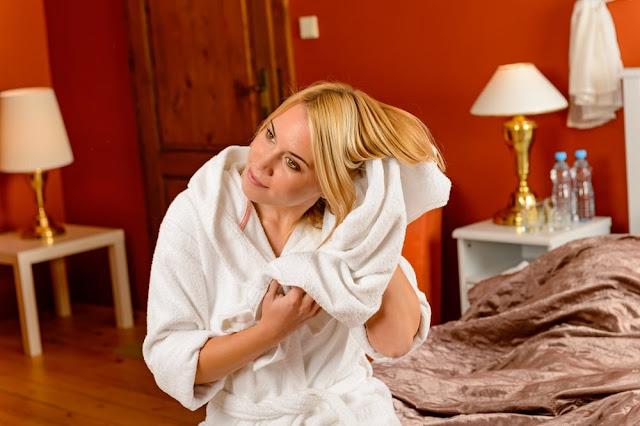 4 خطوات سحرية للعناية بالشعر بعد غسله