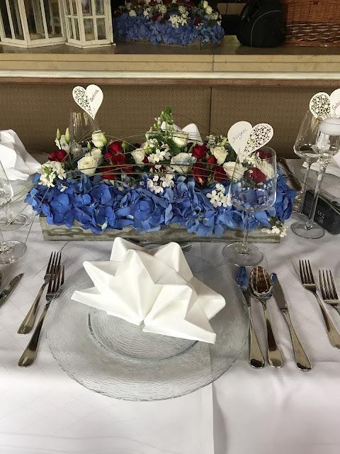 Tischdekoration, Rot Liebe, Blau Treue, Weiß Unschuld, Farbschema, Hochzeit, heiraten in Garmisch, Bayern, Deutschland, Riessersee Hotel, Hochzeitshotel, Hochzeitsplanerin Uschi Glas