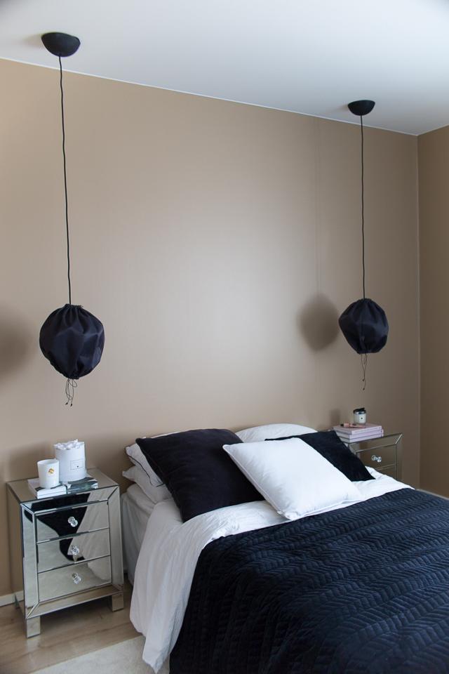 Villa H, sisustus, makuuhuone, peilipintainen yöpöytä, kuu valaisin