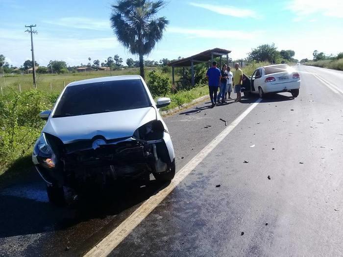 Tentativa de retorno provoca colisão entre dois veículos na BR-343