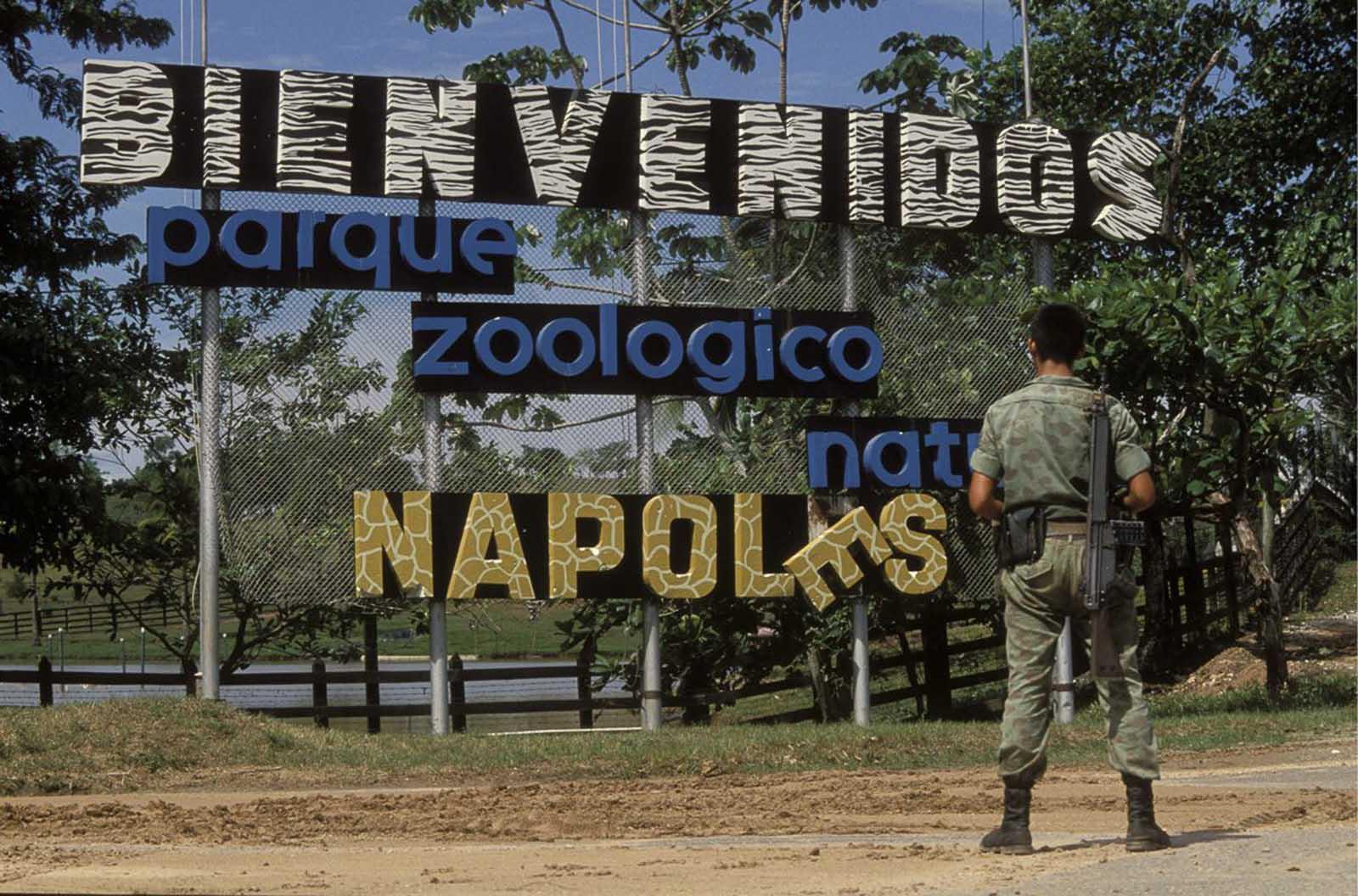 Un cartel da la bienvenida a los visitantes al zoológico de la hacienda.