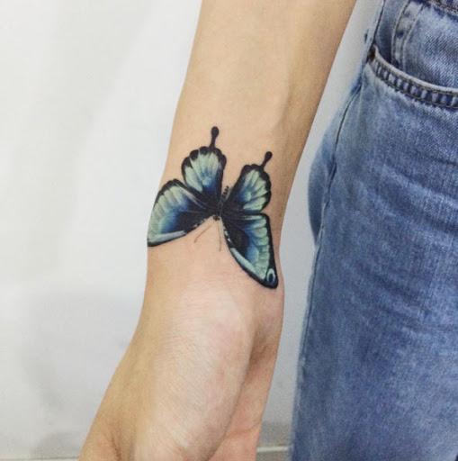 Esta brilhante preto e azul borboleta