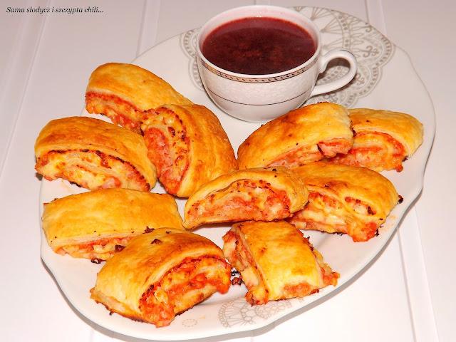 Błyskawiczne paszteciki z ciasta francuskiego z serem Korycińskim.