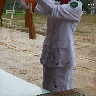upacara-bendera-becek-tanah