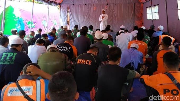 Relawan Longsor Cisolok, Sholat Jumat di Tenda Darurat