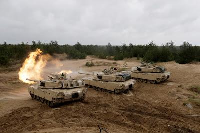 Tres tanques M1 Abrams realizando maniobras en Letonia / Ints KalninsReuters