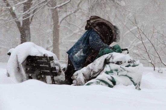 Αποτέλεσμα εικόνας για άστεγος στο χιονισμένο