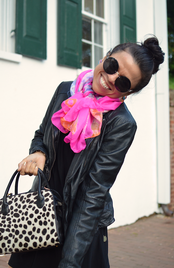 How to wear a pink scarf