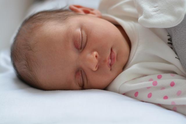 bayi tidur pakai bantal dewasa, bayi tidur, dampak bayi tidur pakai bantal dewasa, efek bayi tidur pakai bantal dewasa, bantal dewasa