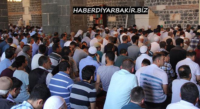 Diyarbakır tarihi Ulu Camii'nde cuma hutbesinde algı operasyonlarına değinildi