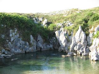 Playa de Gulpiyuri en Naves (Asturias, España)