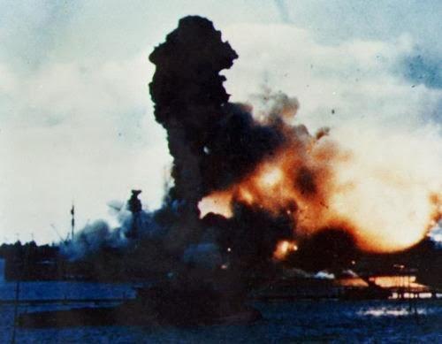 USS Arizona meledak