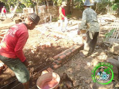 FOTO 4 : Pemasangan pondasi   warung benih MANGYONO.com dan lumbung padi