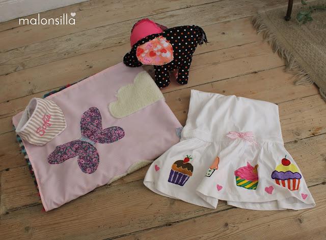 Conjunto de regalos para bautizo con babero bandana, manta de actividades, muñeco de trapo de elefante y vestido pintado a  mano de cupcakes y helados by malonsilla