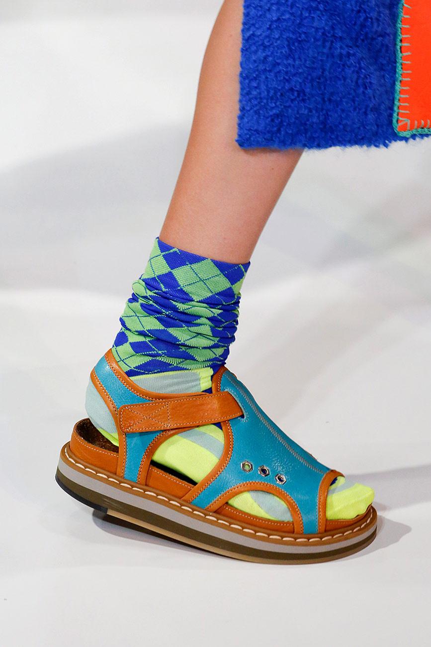 Gucci ci propone il sandalo che già da solo esaurisce il bagaglio a mano di  Ryanair ... f4447192aac