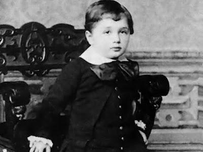 Коли Ейнштейн народився, його потилицю здавалася дуже великою