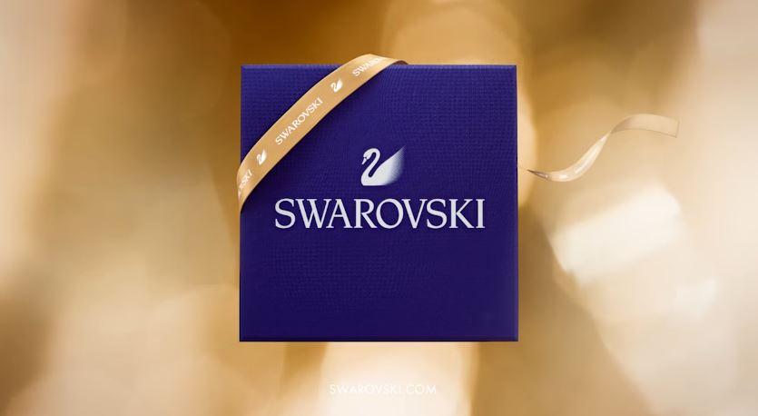 Modella Swarovski pubblicità con palloncini d'oro e modello - Testimonial Spot ottobre 2016