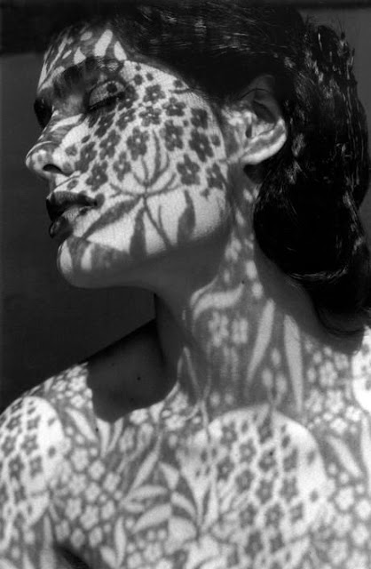 retratos em preto e branco de uma mulher com uma renda fazendo sombra no seu corpo e rosto