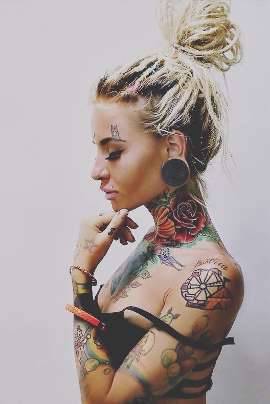 Una mujer vegana con tatuajes